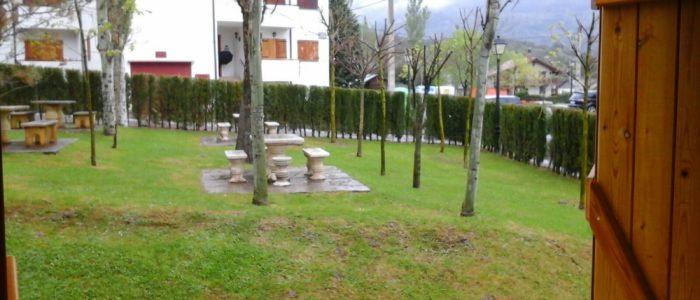 Vista al jardín del apartamento en alquiler en el pirineo aragonés