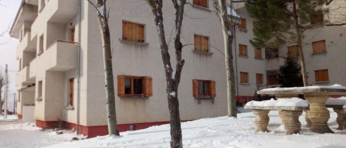 Exterior del apartamento en alquiler en el pirineo aragonés. Con nieve